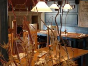 Ein Restaurant oder anderes Speiselokal in der Unterkunft Landhaus Hohenlohe