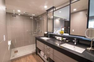 A bathroom at Miyako Hotel Los Angeles