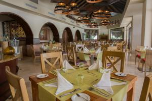A restaurant or other place to eat at Grand Memories Punta Cana - All Inclusive