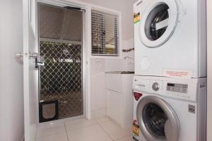 A bathroom at 6 Botany Court Marcoola Beach - Pet Friendly 500 Bond