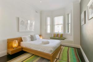 A bed or beds in a room at Jacques Avenue - A Bondi Beach Holiday Home