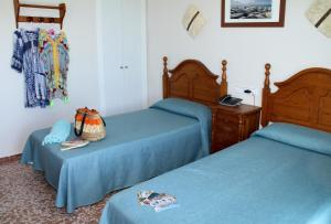A bed or beds in a room at Hotel Mediterraneo Carihuela