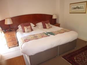 A bed or beds in a room at Rectory Farm