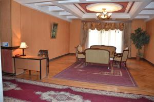 Uma área de estar em Ganja Hotel