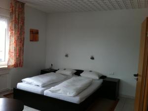 Ein Bett oder Betten in einem Zimmer der Unterkunft Hotel Goldener Engel