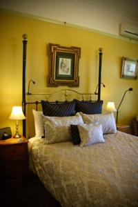 A bed or beds in a room at Moments Mountain Retreat