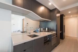 A kitchen or kitchenette at APC on La Trobe
