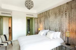 A bed or beds in a room at 2 Bed Apartment, L'Hivernage, The Bardot, Rooftop Pool