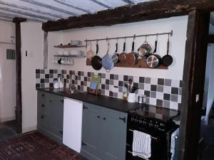 A kitchen or kitchenette at 6 Bridge St.