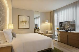 A bed or beds in a room at Al Bandar Arjaan by Rotana – Dubai Creek