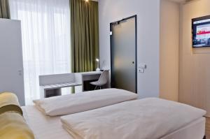 سرير أو أسرّة في غرفة في Super 8 by Wyndham Munich City West