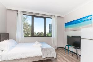 A bed or beds in a room at Lane Cove Studio - POOL - PARKING - WIFI