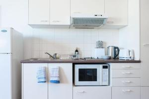 A kitchen or kitchenette at Lane Cove Studio - POOL - PARKING - WIFI