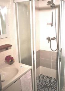 Salle de bains dans l'établissement Hotel Restaurant des Deux Vallées