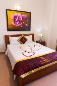 A bed or beds in a room at Ruby Bistro Hotel