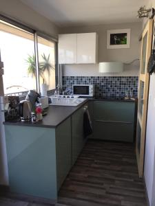 A kitchen or kitchenette at 1 Chambre, 1 P'tit dèj', 1 Sourire