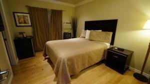 Ein Bett oder Betten in einem Zimmer der Unterkunft Trylon Hotel - Hollywood