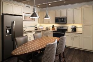 A kitchen or kitchenette at Waterline Marina Resort & Beach Club, Autograph Collection