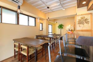 A restaurant or other place to eat at Koru Takanawa Gateway Hostel, Cafe&Bar