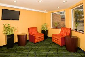 A seating area at Fairfield Inn by Marriott New York LaGuardia Airport/Flushing