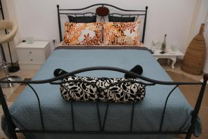 Un pat sau paturi într-o cameră la Nice apartments in the center of Athens!