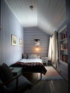 En eller flere senger på et rom på Kvebergsøya Gard