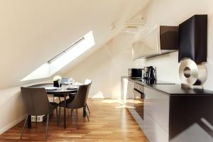 A kitchen or kitchenette at Modern Penthouse in the City Center by Houseys