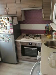 Кухня или мини-кухня в Apartment on Rokossovskogo 11