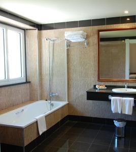 A bathroom at Arcea Gran Hotel Pelayo
