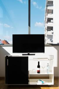 A television and/or entertainment centre at Augarten Art Hotel