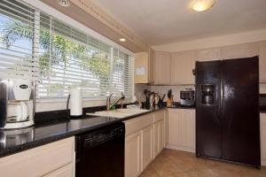 A kitchen or kitchenette at Villa little Paradise