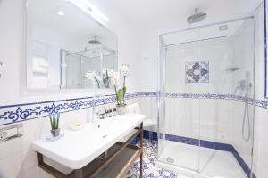 A bathroom at DieciSedici