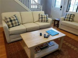 A seating area at Sea Otter Three-Bedroom Home