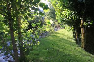 Um jardim no exterior de Casa da Ponte