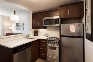 A kitchen or kitchenette at TownePlace Suites by Marriott San Mateo Foster City