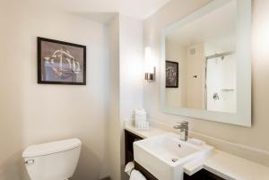 A bathroom at TownePlace Suites by Marriott San Mateo Foster City