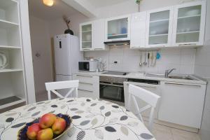 Kuchyň nebo kuchyňský kout v ubytování Apartments Sanda