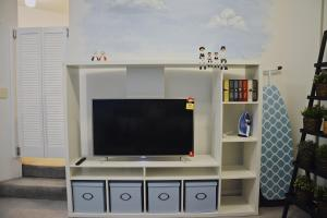 A television and/or entertainment center at S+ Stylish Apartment in Heart of Sydney CBD