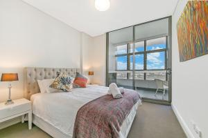 A bed or beds in a room at NOP007-24 Olympic Park 2Bed2 Bath High Level View
