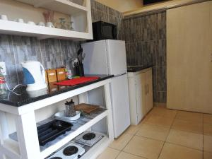 A kitchen or kitchenette at Sea Shells Guest House Mossel Bay