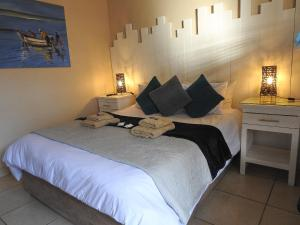 A bed or beds in a room at Sea Shells Guest House Mossel Bay