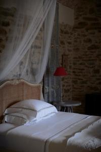 A bed or beds in a room at Mas de Garrigue