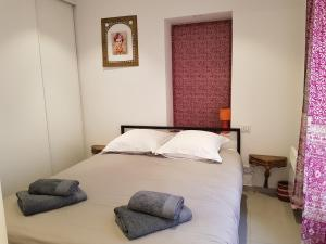 A bed or beds in a room at Tivoli