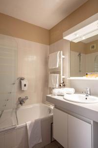 A bathroom at Park Hotel Airport