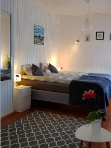 A bed or beds in a room at Cozy small house, perfect located near the airport