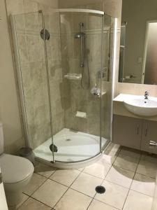 A bathroom at Emerald Executive Apartments