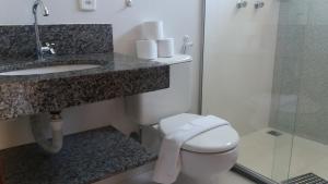 A bathroom at Condomínio Taperapuã Praia Village