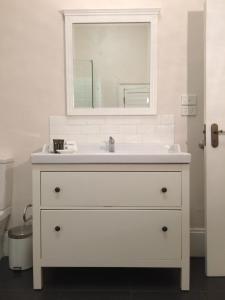 A bathroom at Surgeon's Cottage
