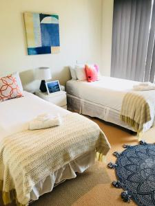 A bed or beds in a room at Ocean View Treetops Retreat