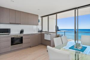 A kitchen or kitchenette at Seabreeze @ Mona Vale